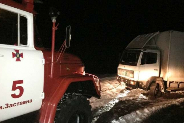 На Буковині вантажівка з'їхала у кювет і перегородила дорогу (Фото)