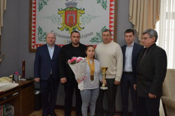 Василь Продан нагородив юну чернівчанку - чемпіонку з пауерліфтингу (Фото)