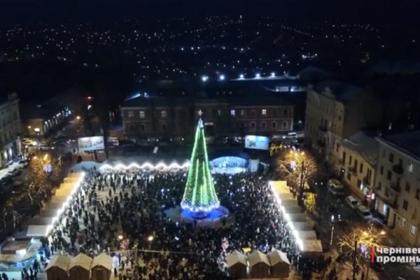У Чернівцях урочисто відкрили головну святкову ялинку міста (Відео)