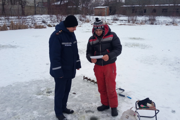 Чернівецькі рятувальники нагадують рибалкам правила безпечної поведінки на льоду (Фото)