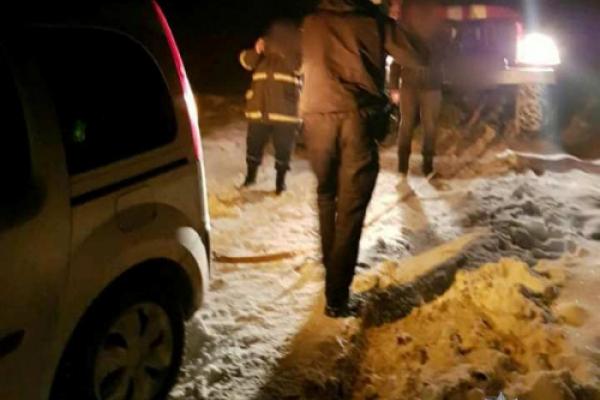 На Буковині сім'я з двома дітьми застрягла в авто у заметі