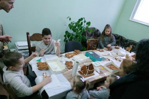 Для дітей учасників АТО провели у Чернівцях майстер-клас з розпису пряників (Фото)