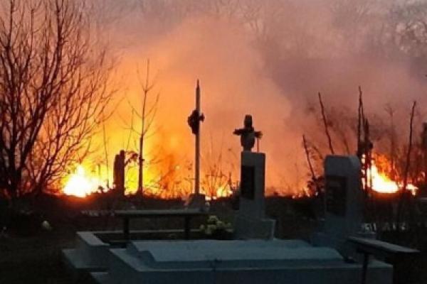На Буковині горить кладовище (Фото, відео)