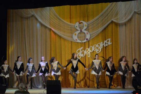 У Центральному палаці культури Чернівців провели концерт до Міжнародного жіночого дня (Фото)