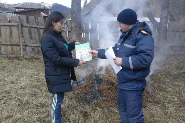 Рятувальники пояснили буковинцям небезпеку пожеж через спалювання сухостою