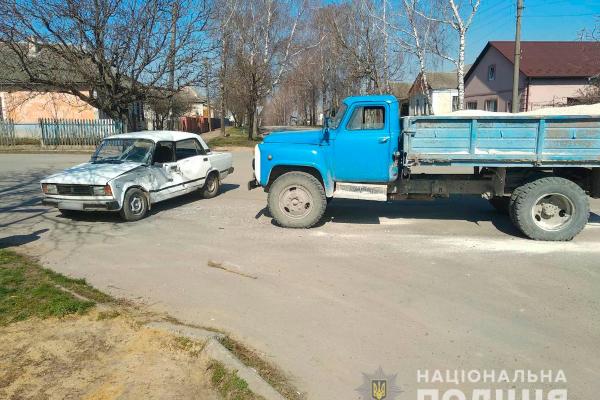 ДТП на Буковині: зіткнулися вантажівка та легковик (Фото)