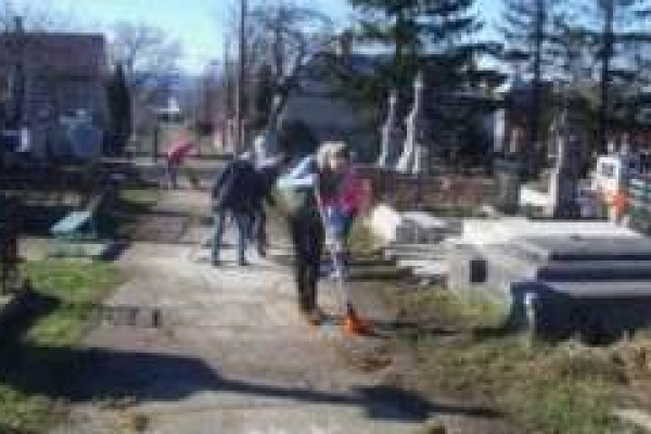 Буковинців закликають прибрати на Садгірському кладовищі