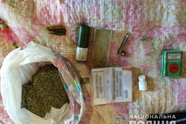 У жителя Кельменеччини поліція вилучила наркотики та боєприпаси