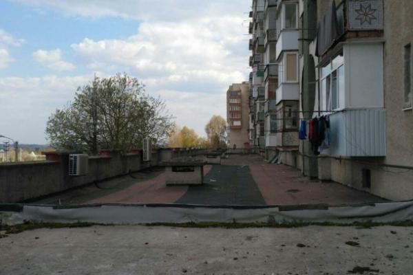 У Новодністровську на даху багатоповерхівки знайшли труп чоловіка