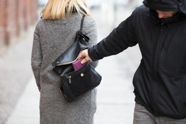 Поліція закликає буковинців захистити себе від кишенькових крадіїв