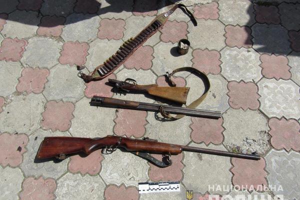 У двох буковинців поліція виявила нелегальну зброю та боєприпаси (Фото)