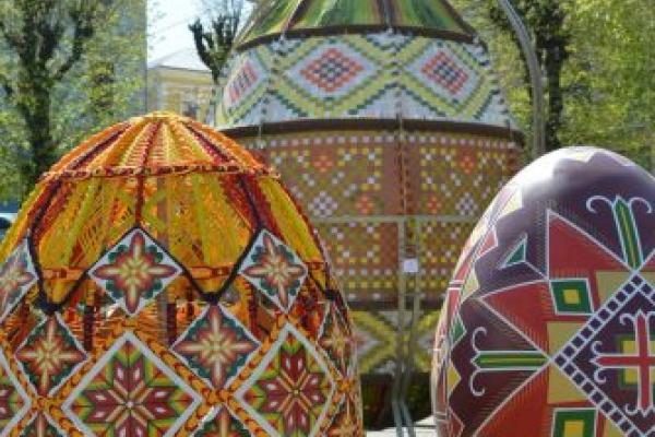 Диво-писанки прикрасили Центральну площу Чернівців (Фото)