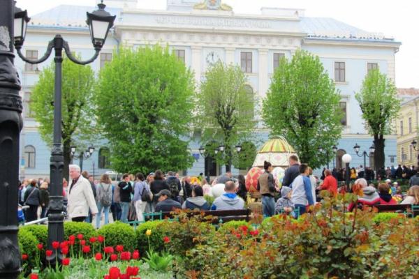 Сотні туристів відвідали Чернівці на Великдень (Фото)