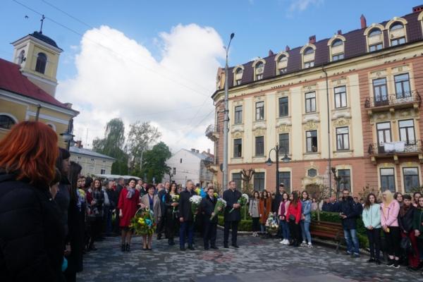 У День пам'яті та примирення чернівчани поклали квіти до пам'ятника Буковинському куреню (фото)