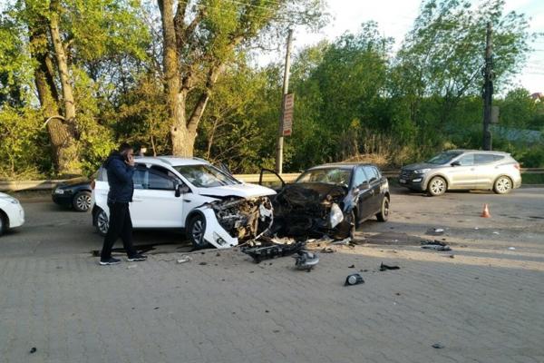 Моторошна ДТП у Чернівцях: два легковики зіткнулися лоб в лоб (оновлено)