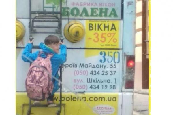 Недитячі розваги. У Чернівцях школяр з екстримом прокатався на тролейбусі (фото)