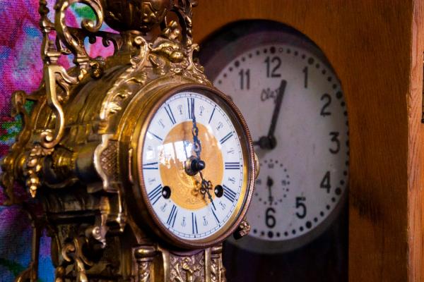 Майстри часу. Чернівчанин 42 роки рятує життя годинникам