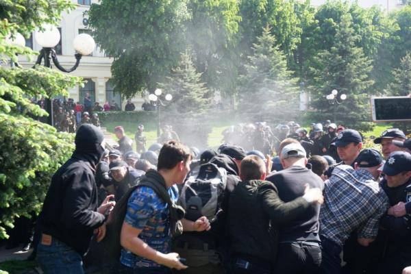 У Чернівцях під час акції ЛГБТ побилися активісти та поліція (фото)
