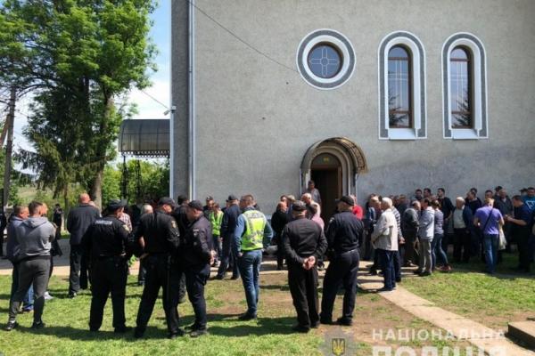 Дві буковинські громади не можуть поділити церкву. Втрутилася поліція