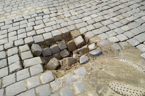 У центрі Чернівців обвалилася бруківка (фото)