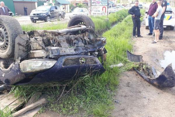 ДТП біля Чернівців: двох людей госпіталізували (фото)