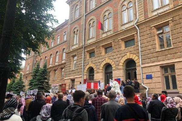 Під стінами Чернівецької ОДА зібралися віряни Московського патріархату - ЗМІ (фото)