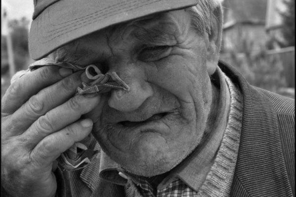 На Буковині директор соццентру забрав в онкохворого дідуся квартиру та гроші (відео)