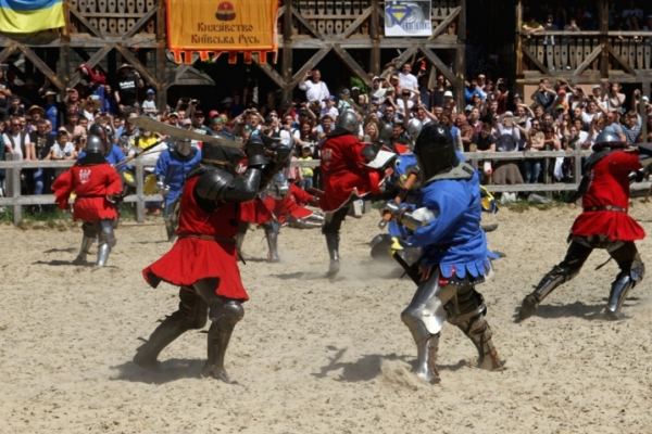 Учасники клубу «Айна Бера Чернівці» показали видовищні середньовічні бої (Відео)