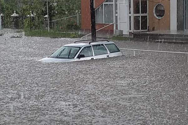 Центральні вулиці Новодністровська затопило (фото, відео)