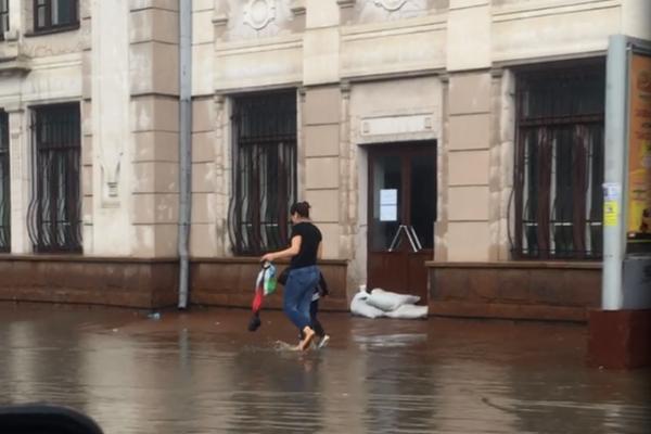 У Чернівцях затопило залізничний вокзал (відео)