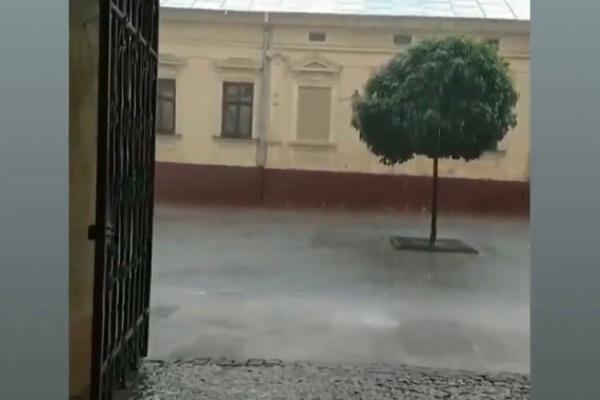 Знову злива у Чернівцях. Вулиці затопило (фото)