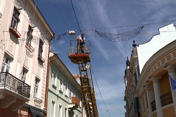 Пішохідну вулицю Чернівців оснащують сучасним вуличним освітленням (фото)