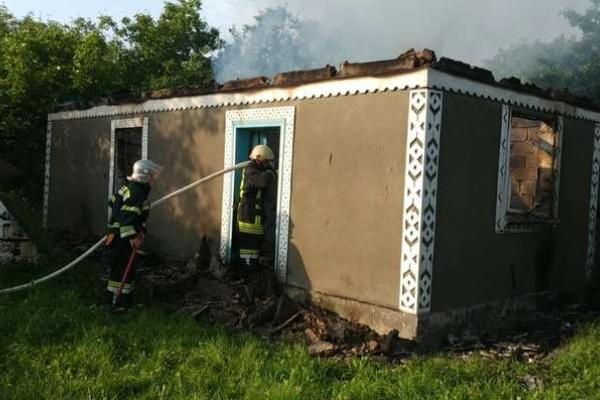 Через залишене багаття на Буковині загорівся будинок