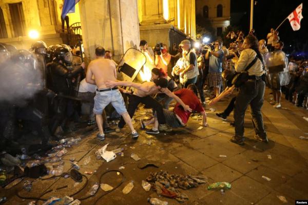 Неспокійна ніч у Тбілісі - як відбувалися протести у фото