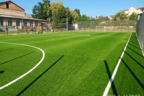 Будівництво футбольного майданчика чернівецької гімназії на фінішній прямій (Фото)