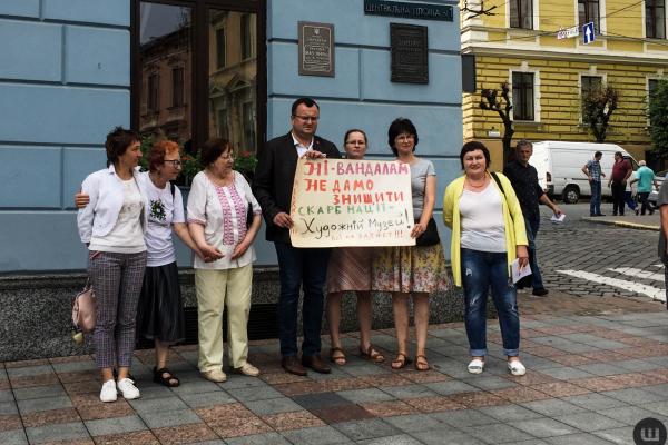 Чернівчани проти руйнування історичної пам'ятки на Центральній площі