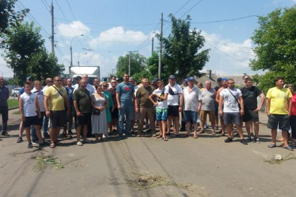 Перепетії з Хотинською: активісти розблокували рух транспорту по вулиці