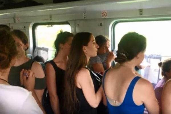 У потязі «Львів-Чернівці» невідомі розпилили газовий балончик (Відео)