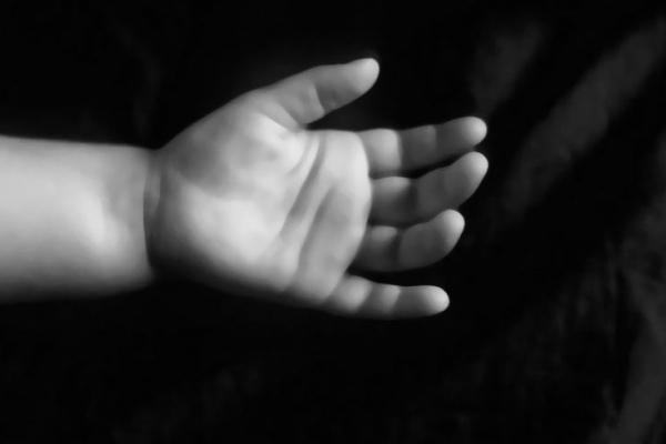 Дитина у валізі: хлопчик помер за кілька днів до того, як його тіло виявили на околиці Чернівців
