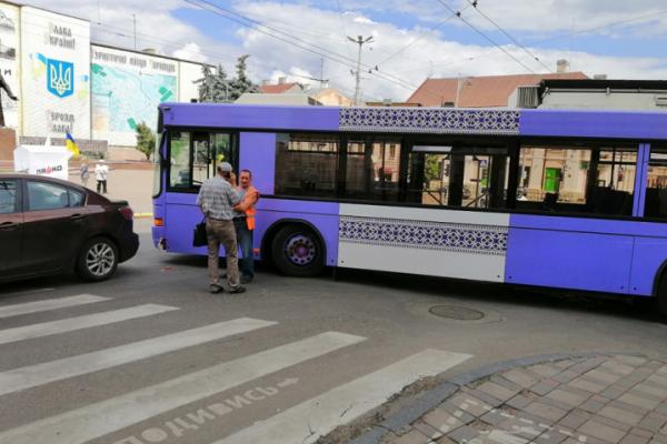 Новий тролейбус зі Швейцарії протрапив у ДТП в центрі Чернівців