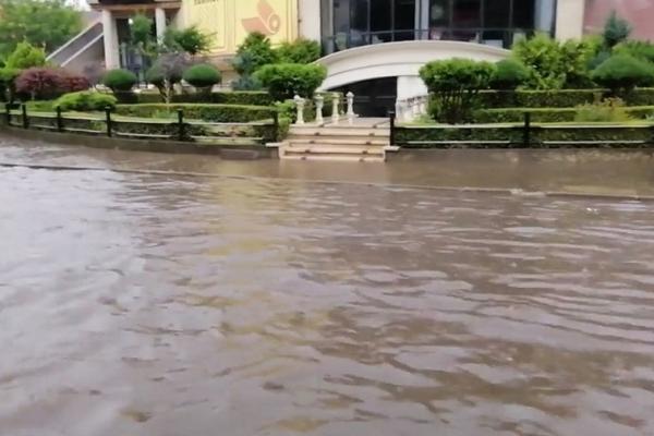 У Чернівцях сильна злива затопила Головну вулицю (відео)