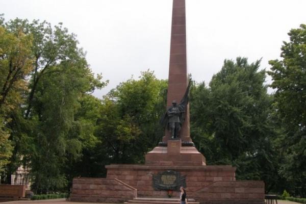 Пам'ятник на Соборній площі став вбиральнею, місцем для розваг та мішенню вандалів