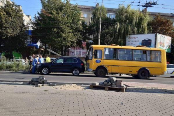 У Чернівцях в ДТП за участі маршрутки та іномарки постраждала жінка