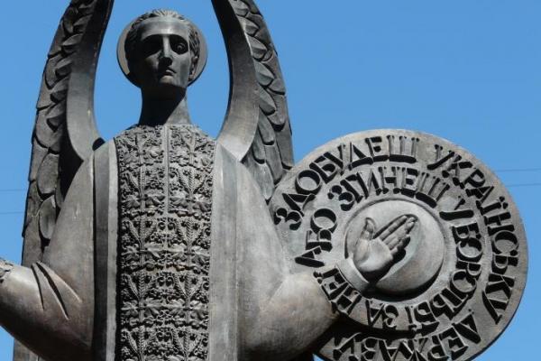 Пам'ятник героям Буковинського куреню нагадує громадянам про ціну незалежності України