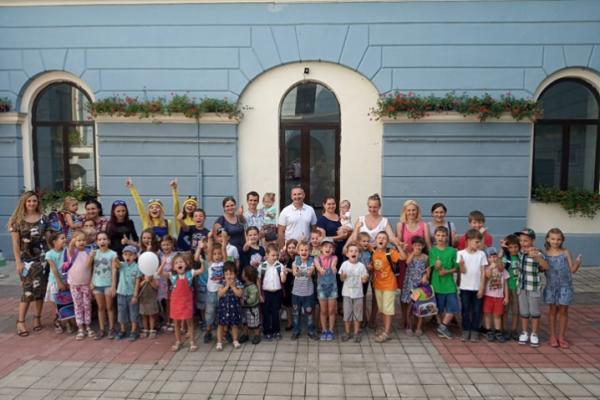 Буковинські школярі з багатодітних родин отримали рюкзаки та канцелярське приладдя