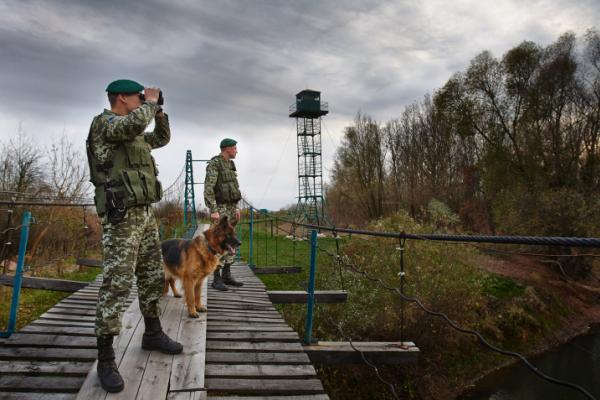 Буковинській прикордонники зупиняли контрабандистів гумовими кулями