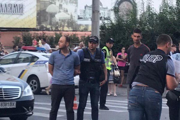 Поліцейського затримали на Центральній площі Чернівців під час отримання хабара 500 доларів