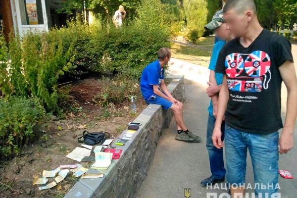 У Новодністровську дільничний офіцер поліції виявив чоловіка, який зберігав канабіс (Фото)