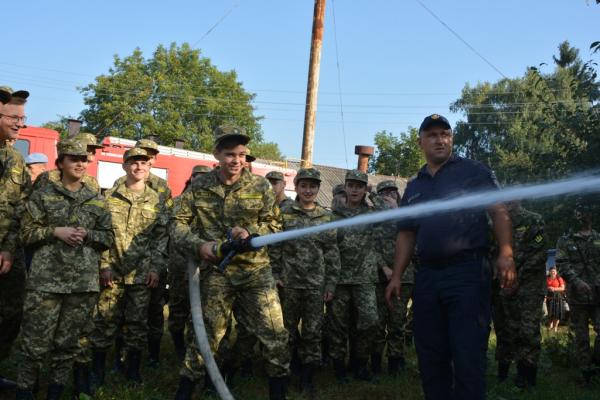 У Чернівцях на святі першого дзвоника рятувальники провели акцію «Запобігти. Врятувати. Допомогти»