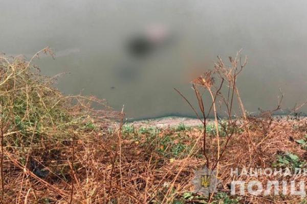 На Буковині поблизу озера виявили труп чоловіка